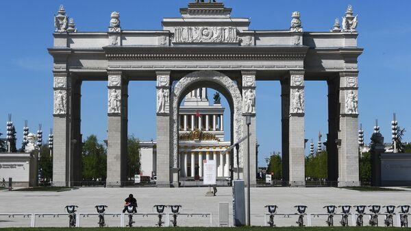 Перекрытый вход на территорию ВДНХ в Москве