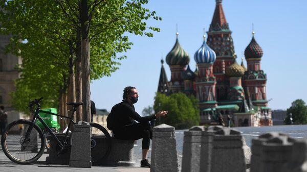 Мужчина на Красной площади в Москве во время режима самоизоляции жителей