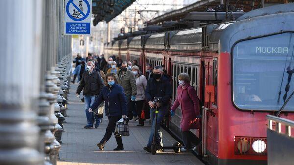 Пассажиры на платформе Ярославского вокзала в Москве