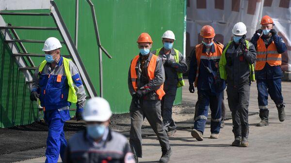Строители в защитных масках
