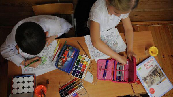 Дети занимаются рисованием
