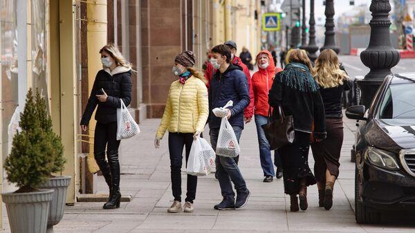 Люди на Невском проспекте в Санкт-Петербурге