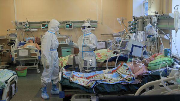 Медицинские работники в палате стационара для больных с коронавирусной инфекцией на базе Тверской областной клинической больницы