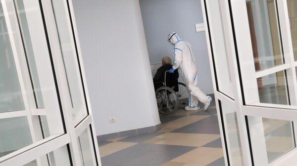 Медицинский работник и пациент в стационаре для больных с коронавирусной инфекцией в клинике МГУ