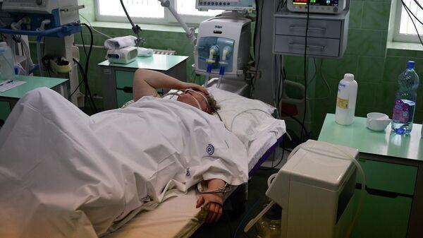 Пациентка в отделении реанимации и интенсивной терапии городской клинической больницы имени В. В. Виноградова, переоснащенной для лечения пациентов с  COVID-19