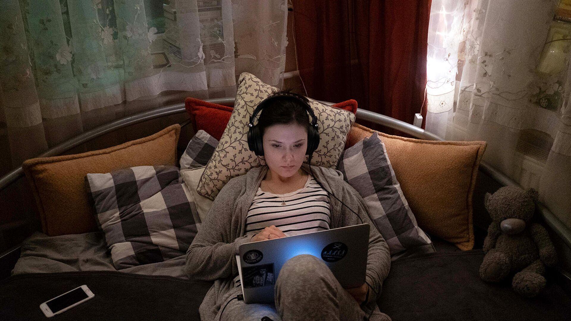 Девушка с ноутбуком во время самоизоляции - РИА Новости, 1920, 20.08.2020