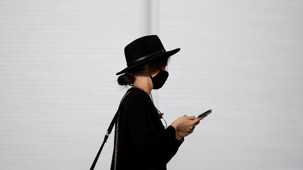 Девушка в аэропорту Шереметьево в Москве