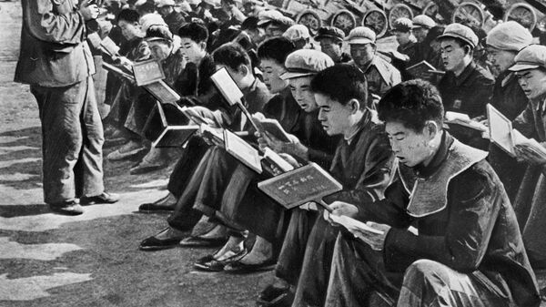 Китайские хунвейбины читают цитатники своего вождя Мао Цзе Дуна.