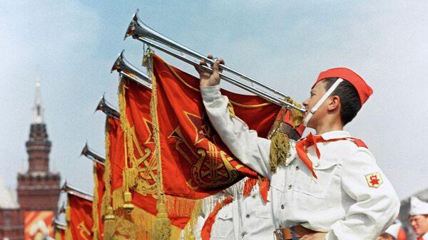 Участники парада на Красной площади в Москве, посвященного празднованию 45-летия Всесоюзной пионерской организации имени В.И.Ленина