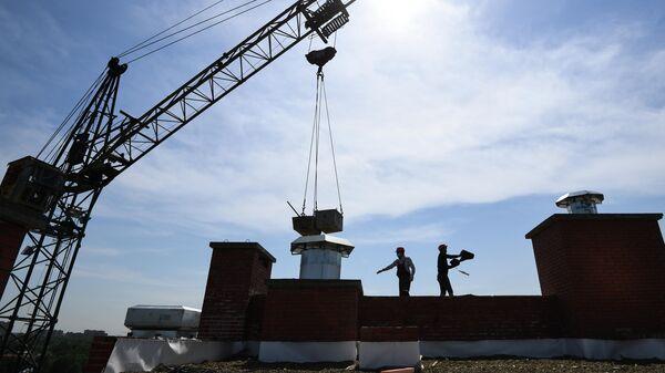 Рабочие на строительной площадке жилого комплекса