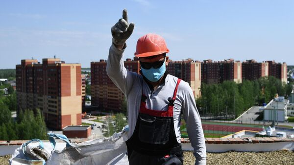 Рабочий на строительной площадке жилого комплекса