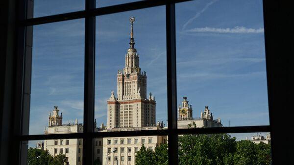 Вид на здание Московского государственного университета имени М.В. Ломоносова