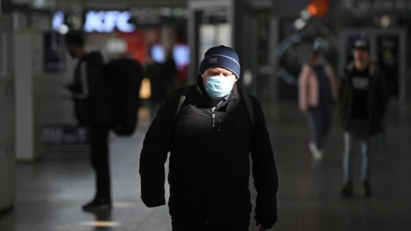 Мужчина в медицинской маске в здании Курского вокзала в Москве