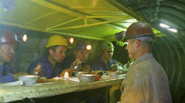 Строители новой ветки метро во время обеда.