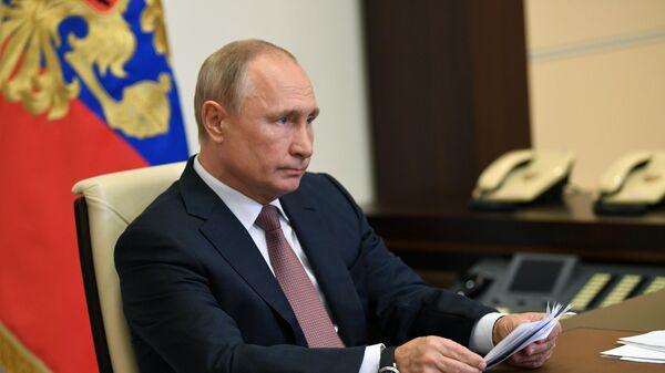 Президент РФ Владимир Путин проводит в режиме видеоконференции совещание по открытию в субъектах РФ медицинских центров, построенных силами министерства обороны РФ