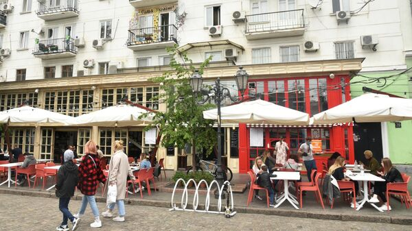 Горожане в уличном кафе в Одессе