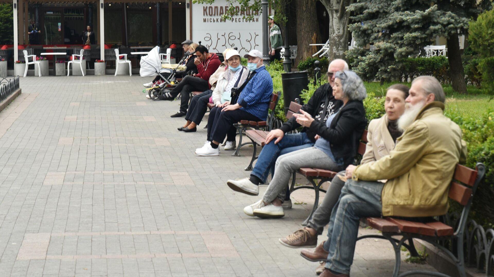 Горожане отдыхают на улице в Одессе - РИА Новости, 1920, 02.09.2020