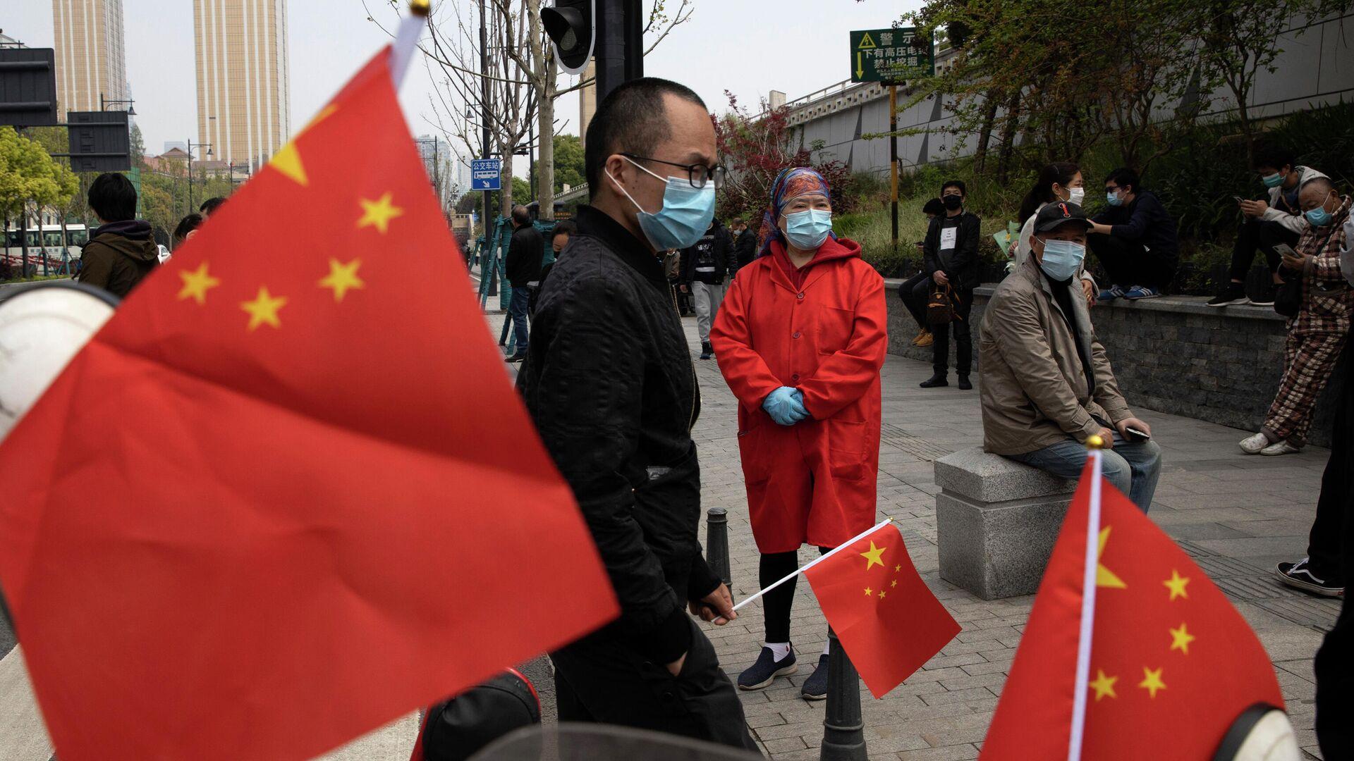 Люди с флагами Китая в провинции Хубэй - РИА Новости, 1920, 22.11.2020