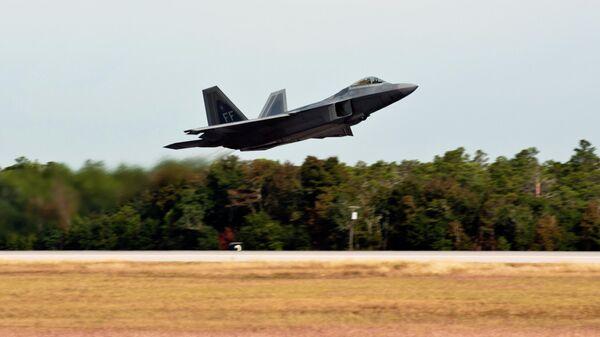 Истребитель F-22 Raptor ВВС США взлетает с авиабазы Эглин в штате Флорида