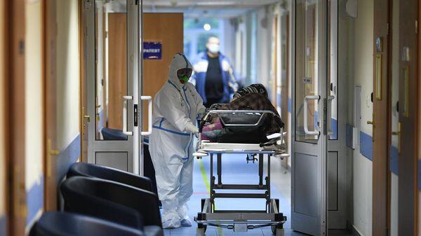 Врач и пациент в центральной клинической больнице РЖД-Медицина в Москве, где проходят лечение больные с COVID-19