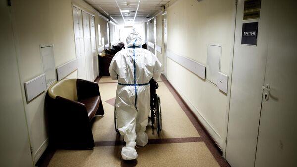 Врач в центральной клинической больнице РЖД-Медицина в Москве, где проходят лечение больные с COVID-19