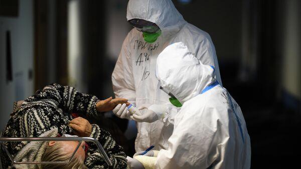 Врачи и пациентка в центральной клинической больнице РЖД-Медицина в Москве, где проходят лечение больные с COVID-19