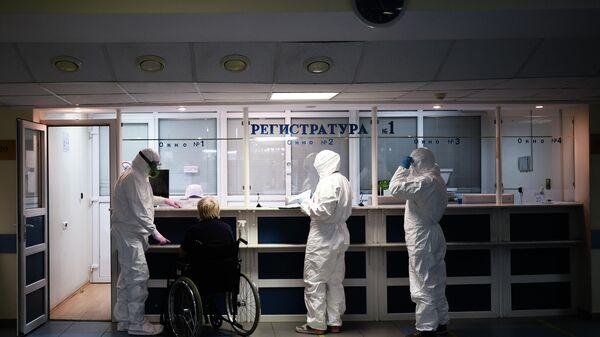Врачи в центральной клинической больнице РЖД-Медицина в Москве, где проходят лечение больные с COVID-19