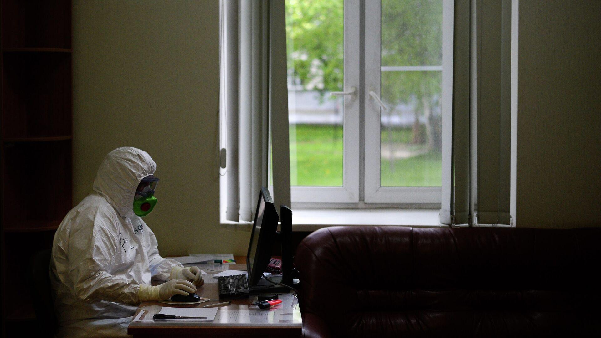Врач в центральной клинической больнице РЖД-Медицина в Москве, где проходят лечение больные с COVID-19 - РИА Новости, 1920, 05.01.2021