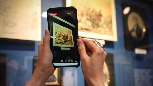 Сотрудница музея заповедника имени М. Ю. Лермонтова ведет онлайн-трансляцию в рамках всероссийской акции Ночь музеев в Пятигорске