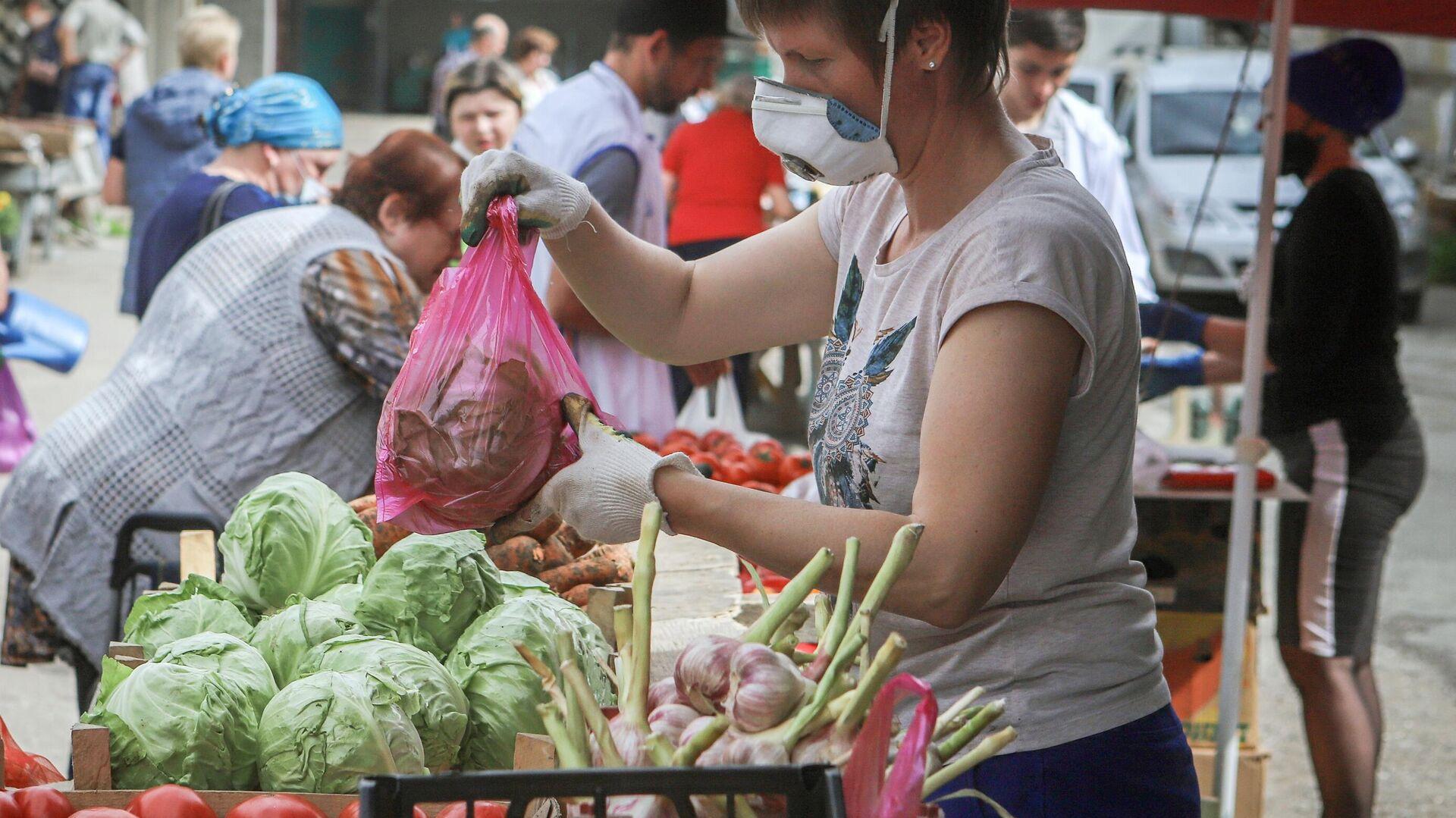 Продажа овощей на ярмарке выходного дня Покупай ставропольское в Кисловодске - РИА Новости, 1920, 04.08.2021
