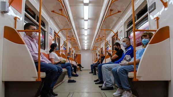 Пассажиры в вагоне поезда ереванского метро