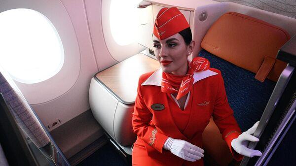 Стюардесса в бизнес-классе самолета Airbus A350-900