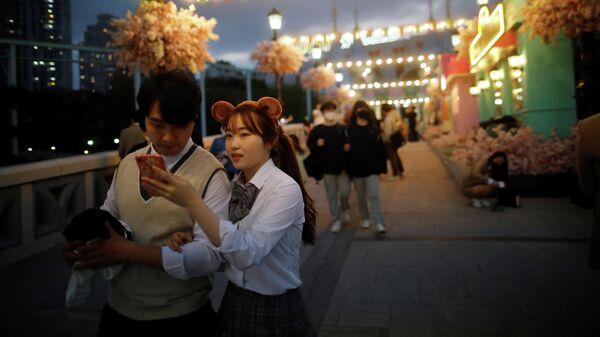 Посетители парка развлечений в Сеуле, Южная Корея