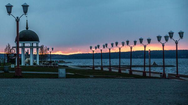 Набережная Онежского озера на закате дня в Петрозаводске