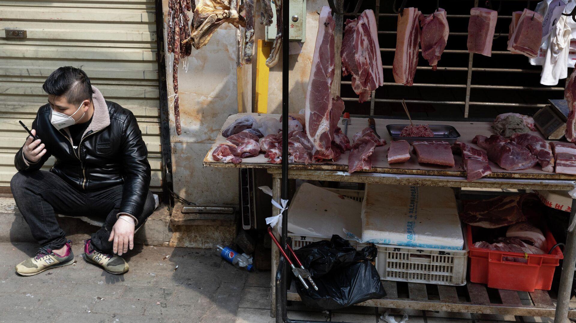 Продавец на рынке в Ухани, КНР - РИА Новости, 1920, 23.11.2020