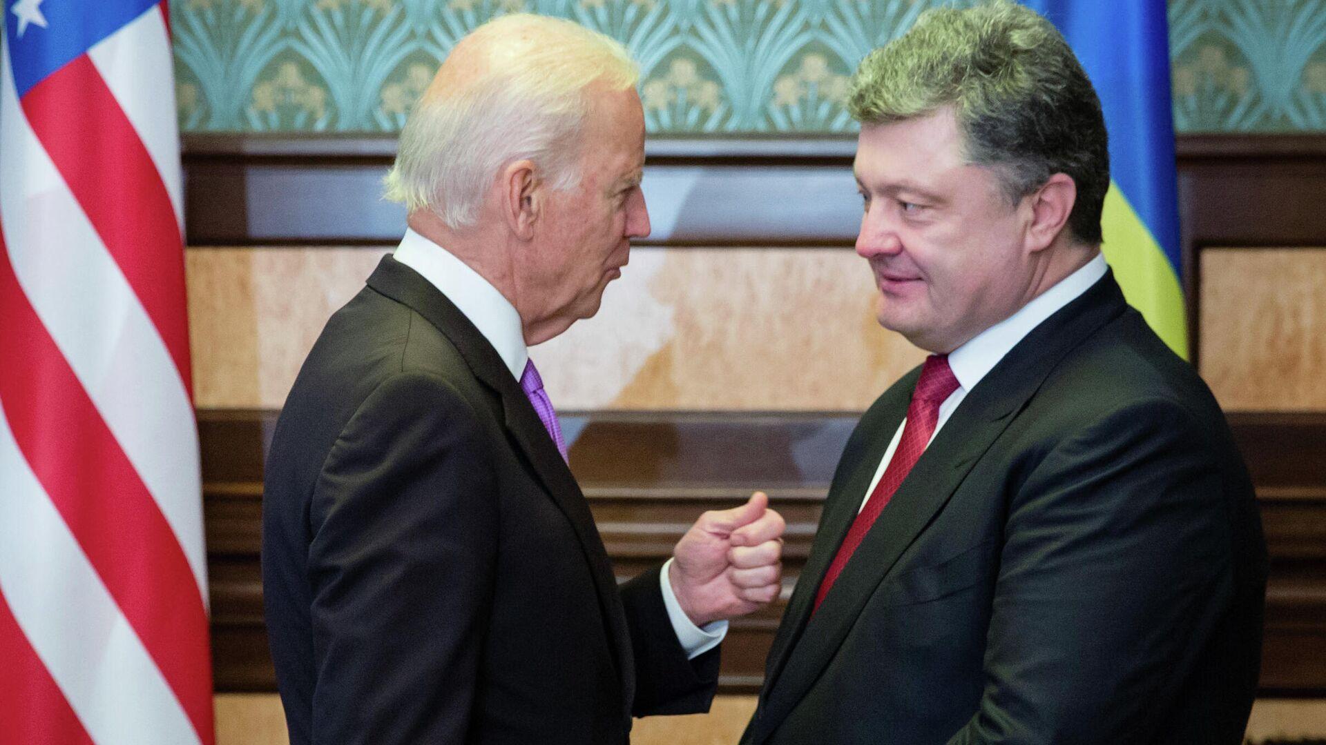 Вице-президент США Джо Байден и президент Украины Петр Порошенко во время встречи в Киеве. 2014 год  - РИА Новости, 1920, 27.01.2021