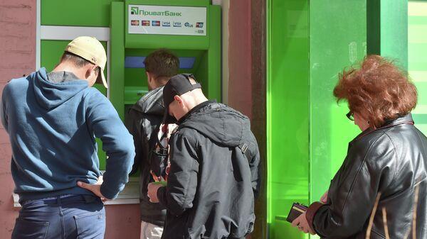 Люди в очереди к банкомату ПриватБанка в центре Киева