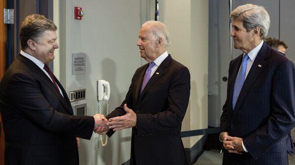Президент Украины Петр Порошенко, вице-президент США Джозеф Байден и государственный секретарь США Джон Керри во время встречи в Вашингтоне , 2016 год