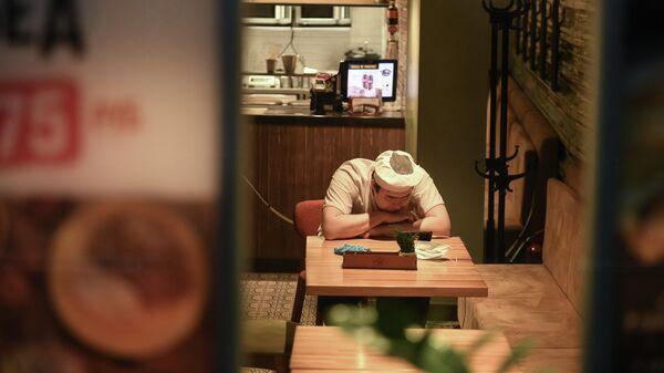 Работник в помещении одного из кафе Москвы