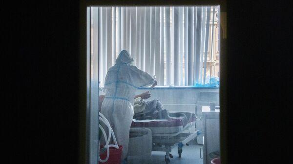 Пациент с врачом в отделении реанимации и интенсивной терапии Университетской клинической больницы №2 Первого МГМУ им. И. М. Сеченова