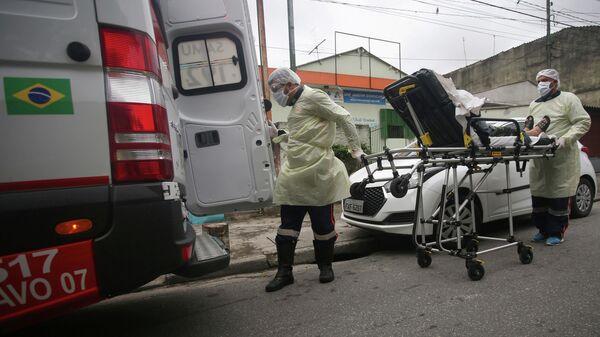 Медицинские работники доставляют пациента в больницу в Санту-Андре, Бразилия