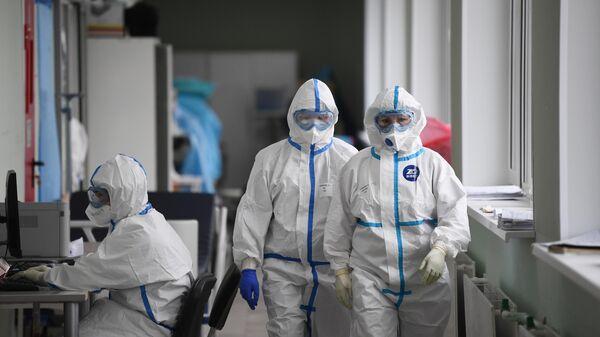 Медицинские работники в приемном покое госпиталя COVID-19