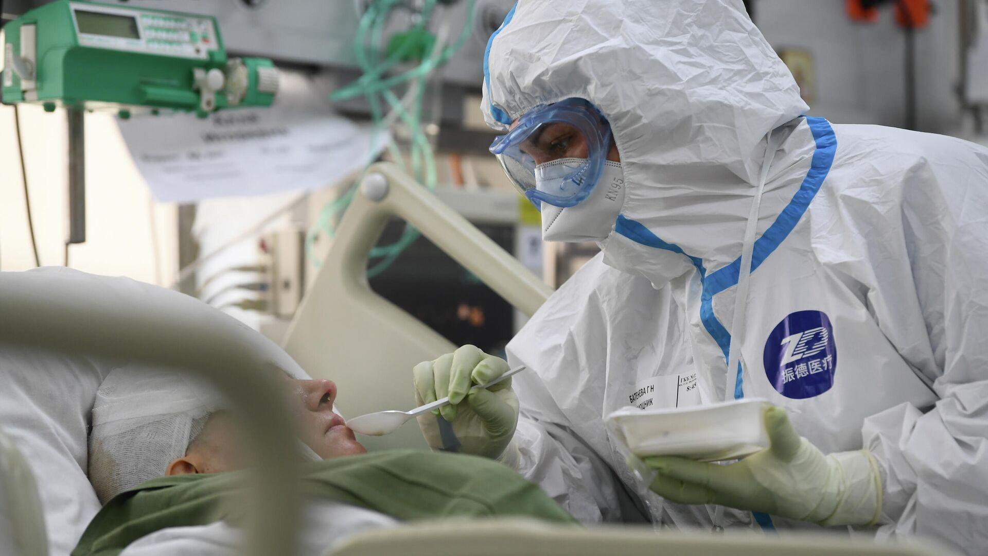 Медицинский работник и пациент в госпитале COVID-19 городской клинической больницы № 15 имени О. М. Филатова в Москве - РИА Новости, 1920, 26.07.2021