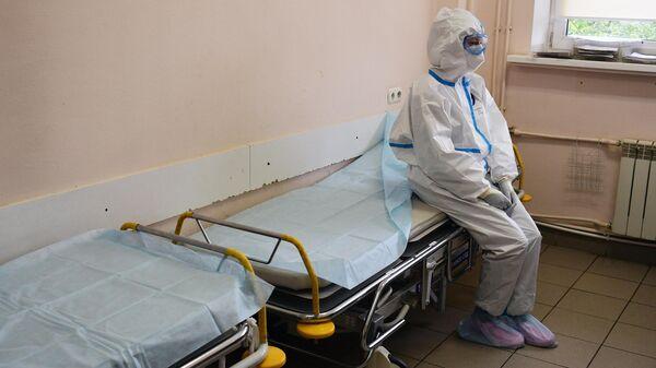 Медицинский работник в отделении реанимации и интенсивной терапии госпиталя COVID-19 городской клинической больницы № 15 имени О. М. Филатова в Москве