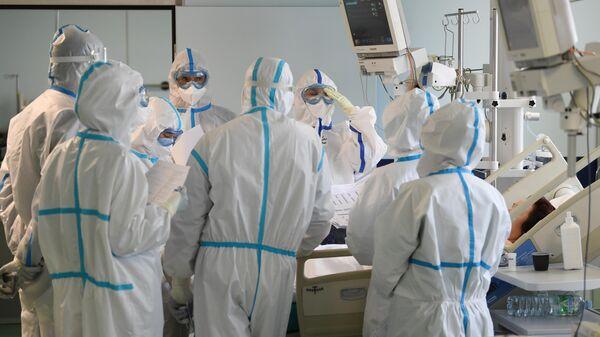 Медицинские работники и пациент в госпитале COVID-19 городской клинической больницы № 15 имени О. М. Филатова в Москве