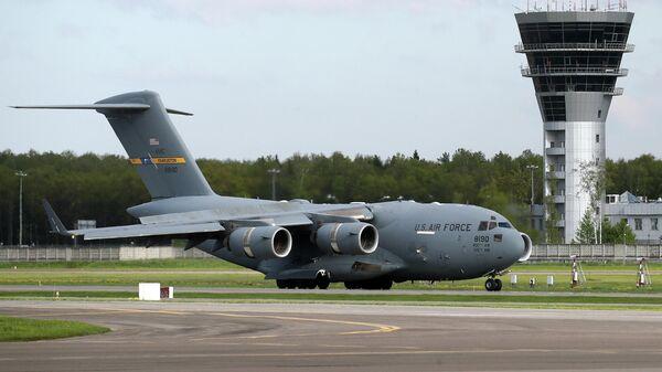 Американский военный самолет Boeing C-17 Globemaster III, доставивший партию из 50 аппаратов искусственной вентиляции легких из США, в аэропорту Внуково