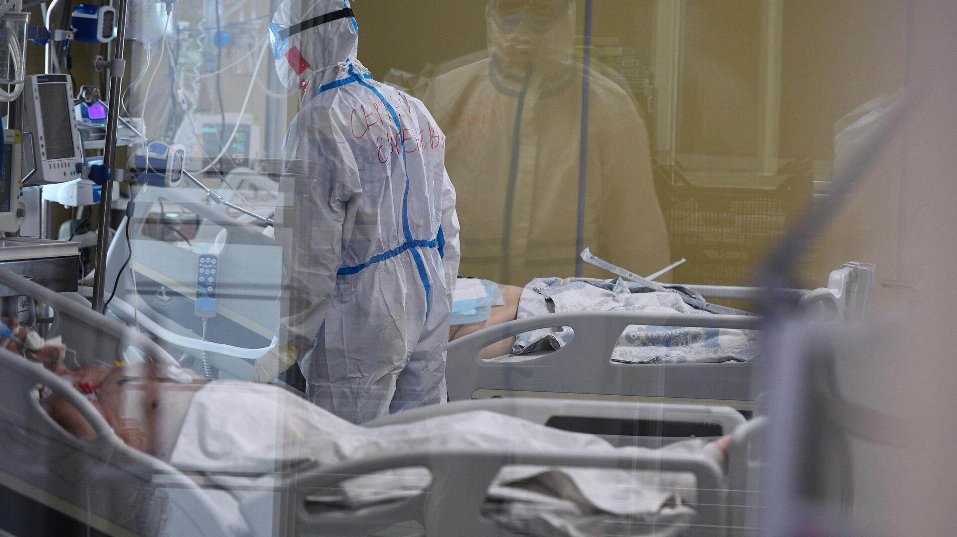 Медицинский работник возле кровати пациентов в одном из отделений госпиталя COVID-19 в Центре мозга и нейротехнологий ФМБА России - РИА Новости, 1920, 16.10.2020