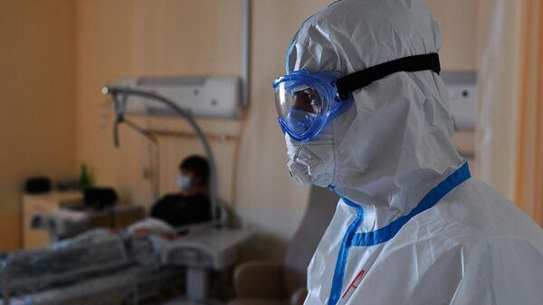 Медицинский и пациент в одном из отделений госпиталя COVID-19 в Центре мозга и нейротехнологий ФМБА России