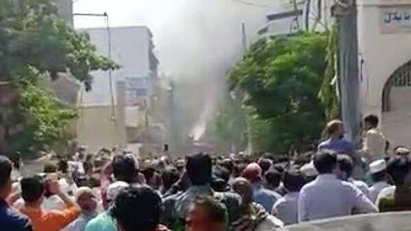 Место крушения самолета в Карачи. Кадр из видео очевидца