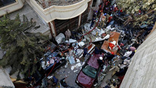 Место крушения самолета авиакомпании Пакистанские аваиалинии в Карачи